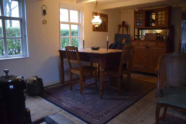 De woonkamer heb ik zo goed mogelijk in oude stijl teruggebracht.