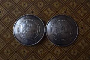 Originele zilveren broekstukken met de afbeelding van Johan Willem Paltz te paard en de datum 1711 eronder. Dat is niet het jaartal waarin deze broekstukken gemaakt werden. Dat moet een datum van na 1850 zijn geweest.